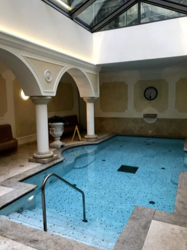 Bazén je malý ale poskytuje viacero wellness aktivít