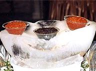 Caviar ruso y negro servido encima de hielo