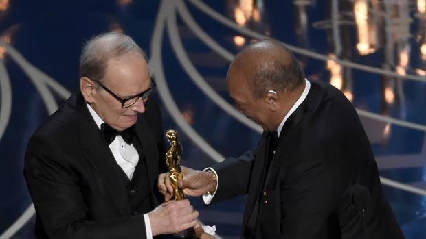 Ennio Morricone Oscar Ödülü'nü alırken.