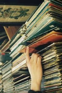 Henüz kaset ve kalem arasındaki o 'gizli ilişkiyi' bilmeyen delikanlı çağında olan arkadaşlar MP3 gibi çeşitli formatlarda Müzik dinlemekteler.