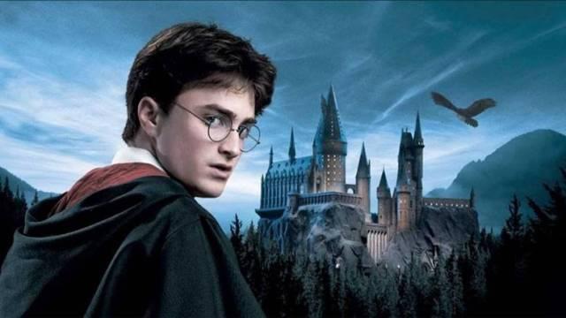 Bir fantastik film olan Harry Potter'ın her filminde, yeni yeni öğeler, efektler eklenmiştir.