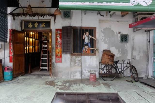 Penang, sokak sanatından dolayı turist akınına uğramaktadır Hatta öyle ki, fotoğraf çektirmek için uzun süre kuyruk bekleyebilirsiniz.