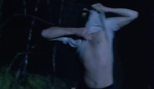 Resim 14: Esaretin Bedeli (1994), Andy hapishaneden kaçtığı ve nehirde yağmur suyuyla yıkandığı sahne.