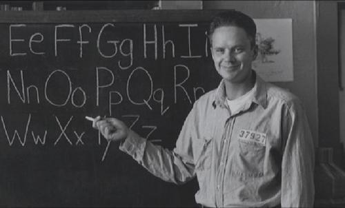 Resim 3: Andy mahkumlara okuma yazma öğretiyor.