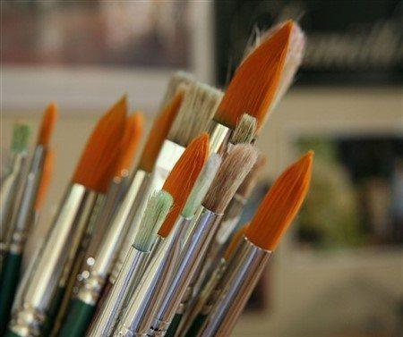 Taklit samur fırçaların renkleri daha açık ve turuncuya kaçan bir renktedir.