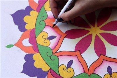Mandala çalışmaları, çizim ve renklendirme olarak iki temel kısımdan oluşmakta.