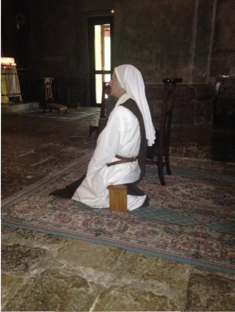 une soeur en prière