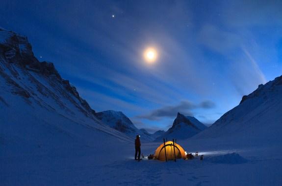 'Het is niet makkelijk om in het donker te fotograferen, maar Sander van der Werf slaagde er toch in om het bijzondere outdoorgevoel van een overnachting in de natuur vast te leggen. Hij maakte deze foto van een reiziger bij haar tent aan de voet van de berg Nallo in Zweeds Lapland. De foto vat het gevoel van avontuur van een reis door dit land perfect samen. Aart Aarsbergen: 'alles klopt aan dit beeld, de sterrenhemel, het verlichte tentje omlijst door het berglandschap. Het is een bijzonder sfeervol beeld, technisch in orde, met een evenwichtige compositie.'