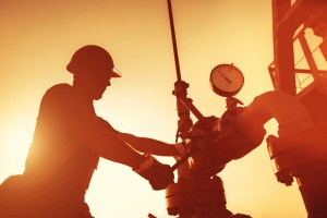 Oil worker working in dangerous conditions - Oilfield Injuries in North Dakota - Sand Law PLLC