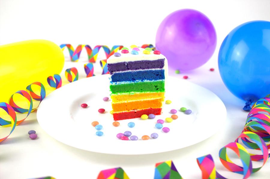 Regenbogentorte Rezept mit Quarkcreme und Smarties Stück