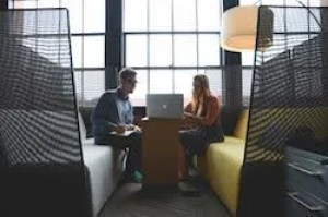 two people in a 1-to-1 marketing consulting session