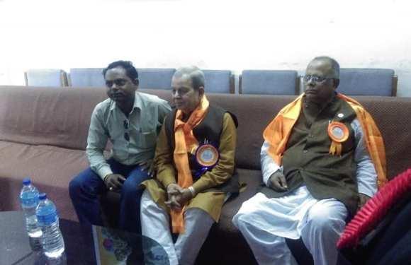 आयोजक मिथिला समाजको लापरवाहीले महन्थको बेज्जती, कुर्सि खाली, वक्ता बोल्दै हिड्दै