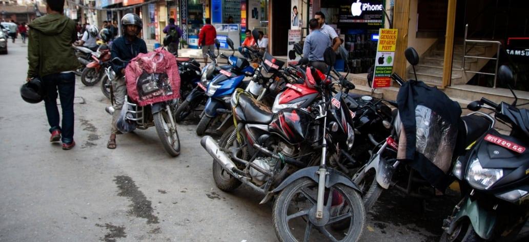 रौतहटमा सवारी साधन पार्किङको सुविधा नहँुदा अव्यवस्थित पार्किङका कारण दुर्घाटनाको जोखिम बढदै ।