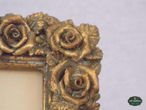 cornice finemente decorata con roselline dorate