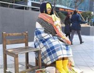 在韓日本大使館前の慰安婦像=2月20日午後、韓国・ソウル(納冨康撮影)
