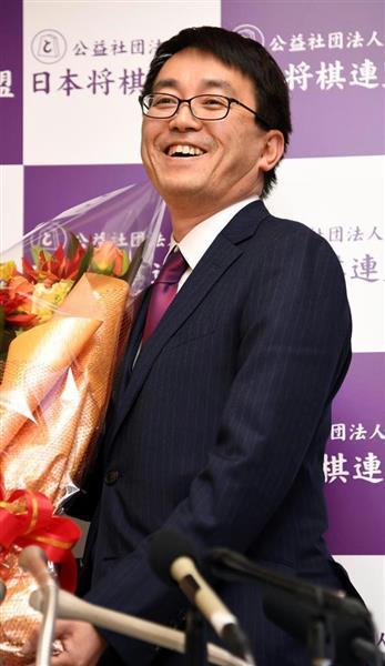 国民栄誉賞受賞決定を受け、花束を受け取る羽生善治棋聖
