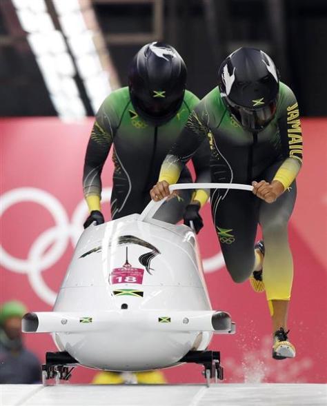 平昌冬季五輪のボブスレー女子2人乗りでスタートするジャマイカ組=2月20日、韓国・平昌(AP)