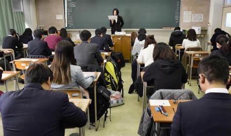 「大学入学共通テスト」の試行調査で、英語の試験に臨む高校生ら=2月、東京都練馬区の都立井草高校