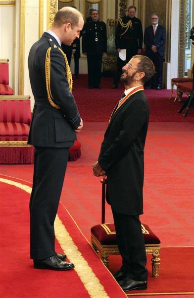 爵位の授与式でウイリアム王子(左)と話すビートルズの元ドラマー、リンゴ・スターさん=20日、英ロンドンのバッキンガム宮殿(AP)