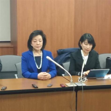 記者会見する櫻井よしこ氏、右は林いづみ弁護士=23日、札幌市内