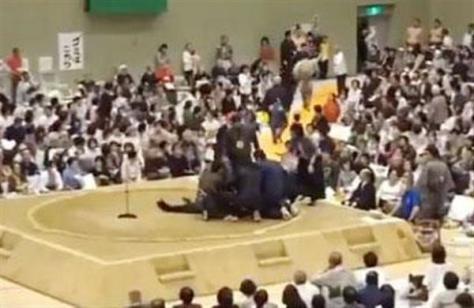 ツイッターに4日投稿された、京都府舞鶴市での大相撲春巡業で多々見良三市長が倒れた際の映像(観客提供)