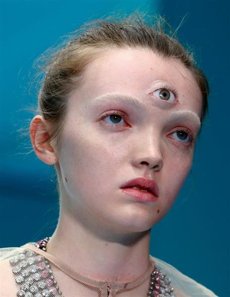 モデルの額に描かれた目玉(ロイター)