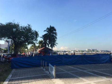 28日、マニラの遊歩道に建てられていた「慰安婦像」は撤去され、周囲はビニルシートで覆われていた