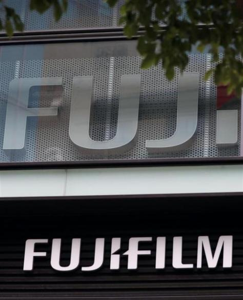 富士フイルムホールディングス本社が入るビルに掲げられたロゴ=東京都港区