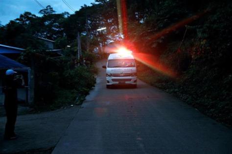 洞窟から救出された少年らを軍用ヘリに搬送していると思われる救急車=8日、チェンライ(ロイター)