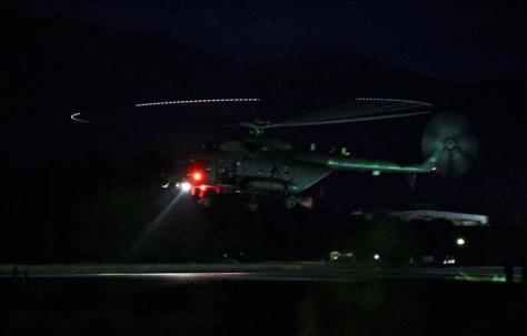 洞窟から救出された少年らを乗せて飛び立つタイ軍のヘリ=8日、チェンライ(ロイター)