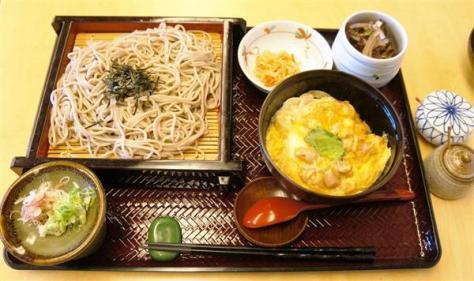 羽生善治棋聖の昼食は、ざるそばとミニ親子丼のセット=17日、東京都千代田区の都市センターホテル