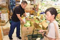 猛暑の影響で特に葉もの野菜が値上がりした甲府市内の青果店=7月30日