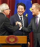 経済連携協定(EPA)に署名後の記者会見を終え、トゥスク欧州理事会議長(右)と握手を交わすユンケル欧州委員会委員長。中央は安倍晋三首相=7月17日、首相官邸(酒巻俊介撮影)