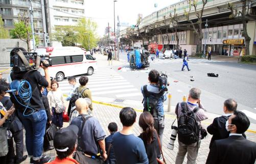 東京・池袋で乗用車が歩行者をはねた事故で現場検証する捜査員ら=19日午後、東京都豊島区(佐藤徳昭撮影)