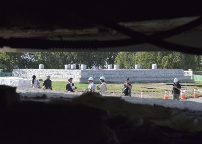 内側から見た、ジャッキで持ち上げられた弘前城の天守と土台の間にできた隙間。奥に見える仮設の天守台まで移動させる=16日午前、青森県弘前市
