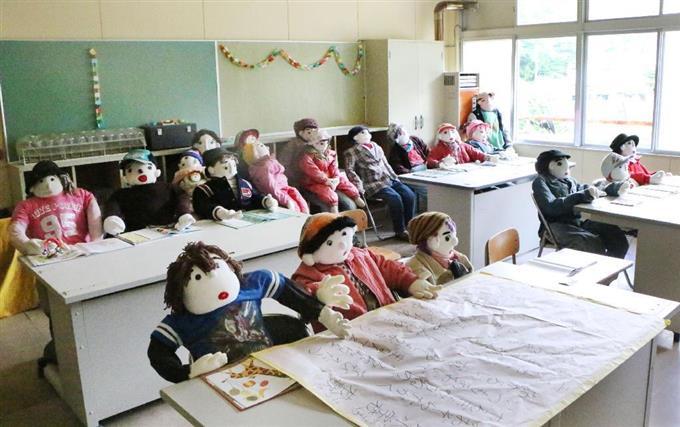 廃校になった小学校の教室に並ぶかかし。授業参観の1日を演じている=徳島県三好市