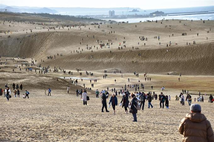「ポケモンGO(ゴー)」のイベントでにぎわう鳥取砂丘=25日午後