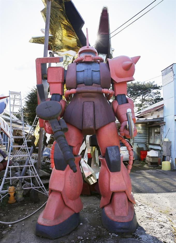 鈴木敏美さんが制作したザクの像=青森県おいらせ町