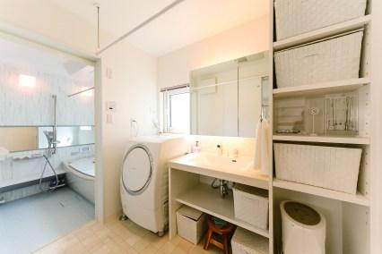 シンプルながら造作洗面の間接照明による陰影が活きる洗面。