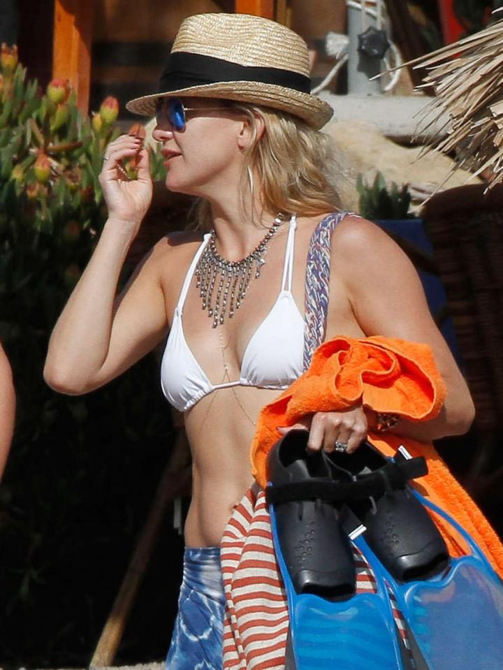 Kate-Hudson-Bikini-Photos--2014-in-Ibiza--08-720x959