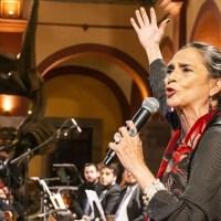 """Entre abrazos musicales y muestras de cariño, recibió la primera actriz Ofelia Medina el reconocimiento a la """"Trayectoria Artística"""", en el marco del 4º Festival de Cine de la UASLP."""