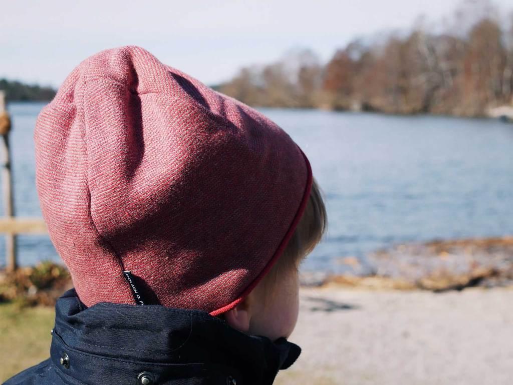 Min son med en mössa som tittar ut mot en vik