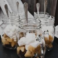 Chokladmuffins, persikohalvor & lättvispad grädde