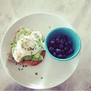 Яйца, авокадо препечен хляб и боровинки