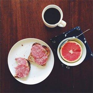 Плодове и тост с бадемово масло и салам
