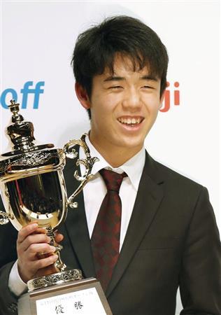 朝日杯オープン戦本戦で優勝し、笑顔で写真撮影に応じる藤井聡太六段。最年少の15歳6カ月で棋戦優勝を果たした=17日午後、東京都千代田区