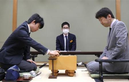 藤井聡太六段が昼食で注文した親子丼と冷うどん。ボリュームのある組み合わせだ