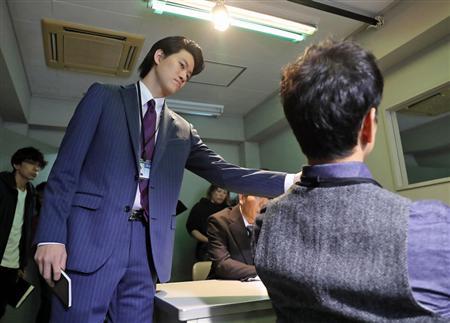 リハーサルで真剣な表情を見せる粗品(左)。スタイルの良さをいかしたスーツの着こなしぶりは人気俳優級=東京都内(撮影・大橋純人)