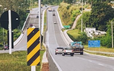 Estradas no feriado: restrição para veículos de carga e previsão de tráfego