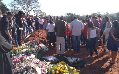 Criança de 6 anos morta pela vizinha é enterrada em Divinópolis